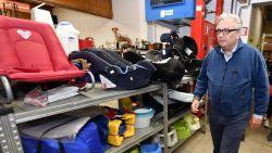 Prins Laurent geeft spullen aan kringloopwinkel