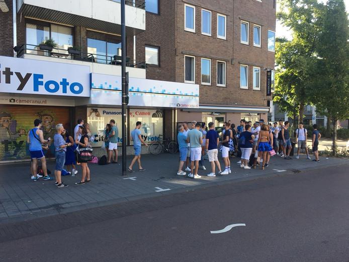 100 klanten van gaybar De Regenboog in Eindhoven maakten zich zaterdagmorgen op om naar Amsterdam af te reizen om mee te doen met de Gay Pride.