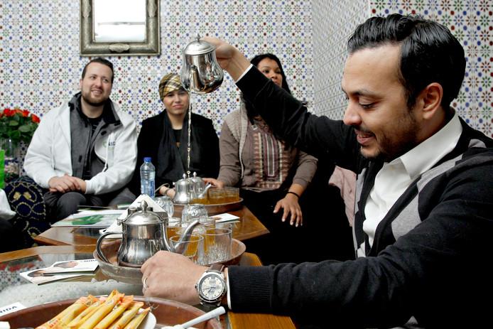 Aydin Peksert (links) en Nourdin El Ouali (rechts) ongeveer een jaar geleden aan de thee. Toen stond het er beter voor met Nida.