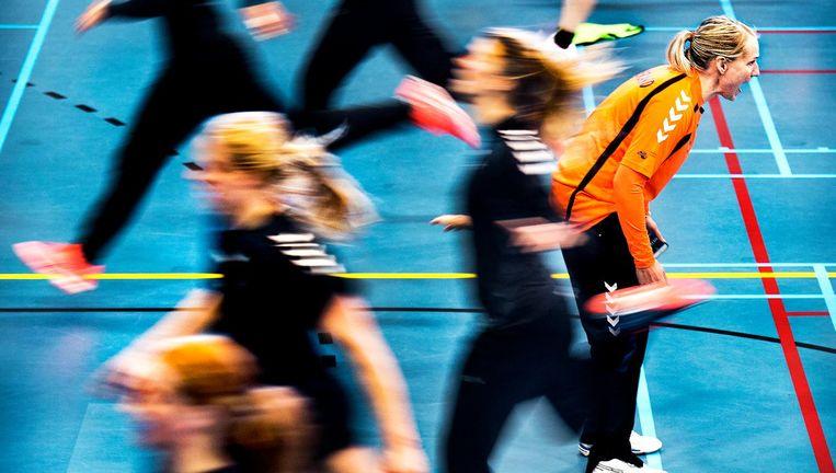 Bondscoach Helle Thomsen (rechts) spoort haar speelsters aan tijdens een training. Beeld null