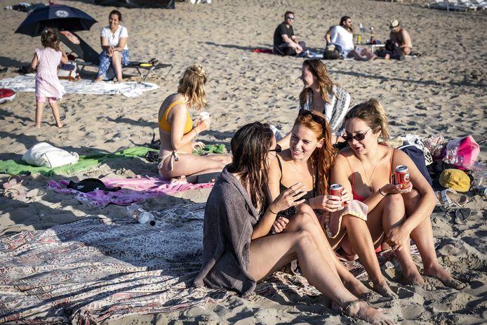 2020-08-06 19:55:48 Zandvoort - Jongeren genieten van het mooie weer op het strand van Zandvoort. ANP RAMON VAN FLYMEN