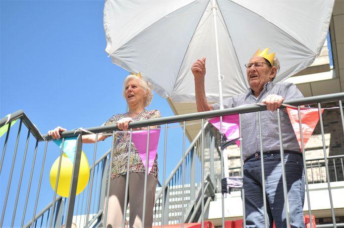 Joop en Annie van Dinteren vieren hun diamanten huwelijk.