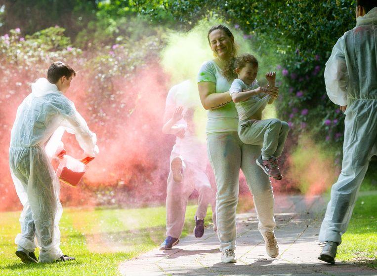Niemand ontsnapte aan een kleurbad tijdens de Color Run aan het Dommelhof. Foto Tony van Galen