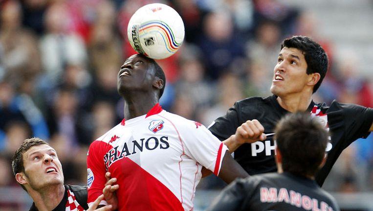 Jacob Mulenga (midden) van FC Utrecht in duel met Francisco Rodriguez (rechts) en Erik Pieters van PSV. PSV-speler Stanislav Manolev (25) kijkt toe. Foto ANP Beeld