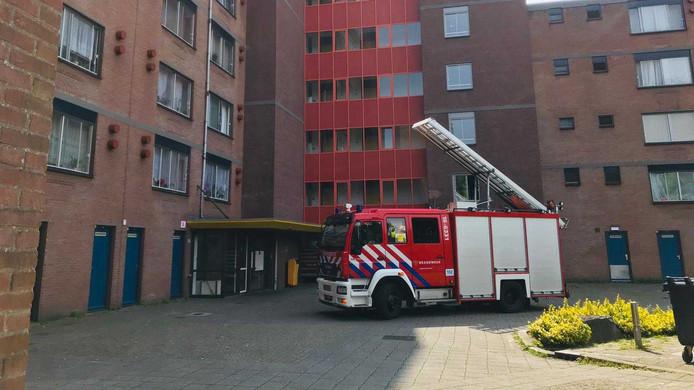 Op het moment van de storing zaten er mensen in de lift van de flat aan De Lus in Zwijndrecht. De brandweer kwam ter plaatse om de mensen te helpen.