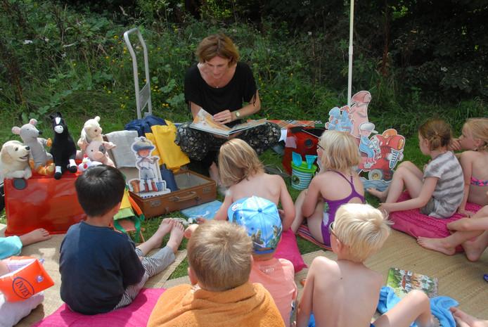 De kinderen luisteren aandachtig naar het voorlezen van Marianne Mulder