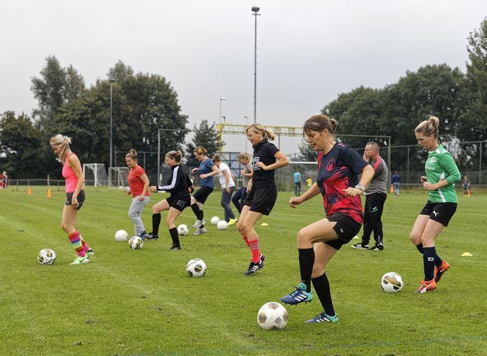Niet alleen BLC heeft een team voor vrouwen boven de dertig. Landelijk spelen er 400 teams in een KNVB-competitie.