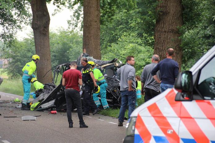 De verwoeste auto op de plek van het ongeval.