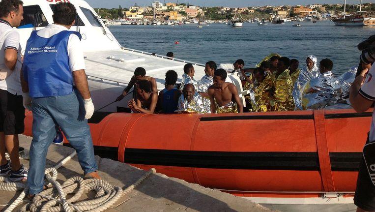 Een reddingsboot met migranten die zijn gered op de Middellandse Zee. Beeld afp