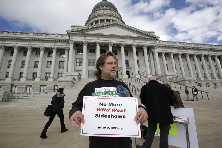 Randy Gardner, de broer van de laatste gevangene die door het vuurpeloton werd geëxecuteerd, protesteert tegen het wetsvoorstel in Salt Lake City, Utah.