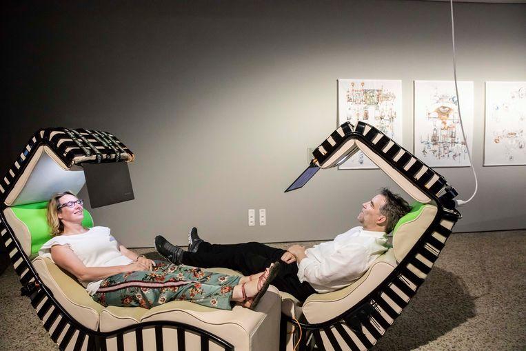 Jan Boelen en Anniek Nagels testen een designstoel. Op een laptop kunnen ze de gezichtsuitdrukkingen van een ander waarnemen.