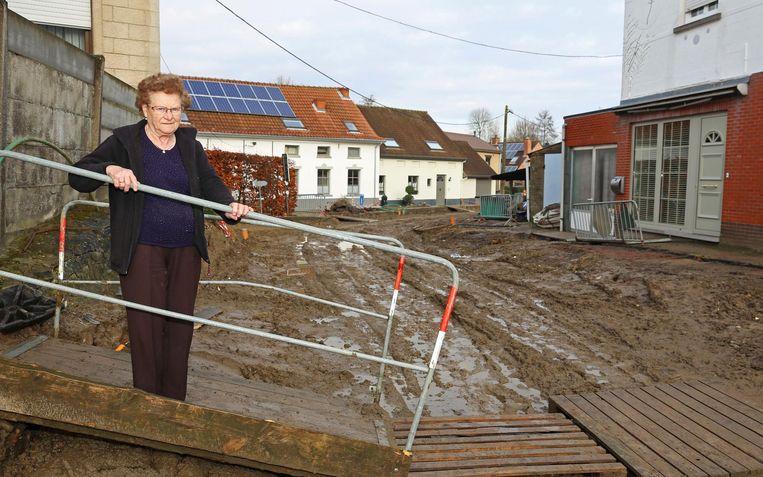 Josephine De Heyn bij de modderpoel die haar straat dezer dagen is.