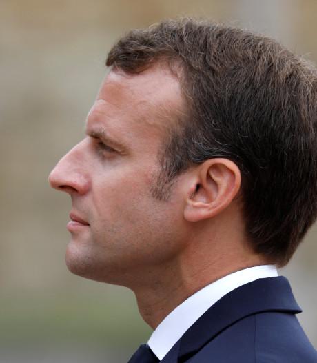 Kritiek op geldsmijterij Macron: peperduur servies en mobiel zwembad