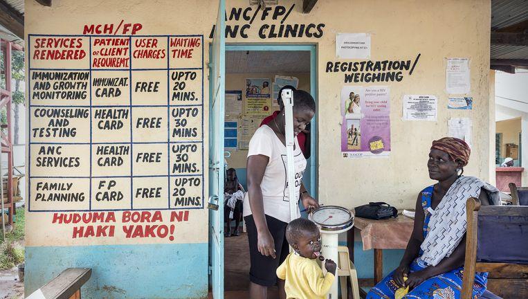 Een vrouw bezoekt met haar baby de kliniek van Lihanda. In het dorp is veel geld geïnvesteerd om hiv-besmetting van moeder op kind te voorkomen. Beeld Sven Torfinn