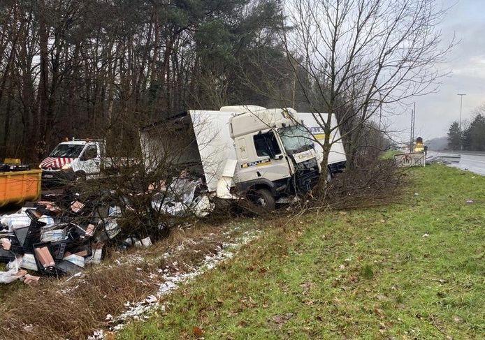 De vrachtwagen belandde in de gracht langs de E34 in Zoersel in de richting van Nederland.