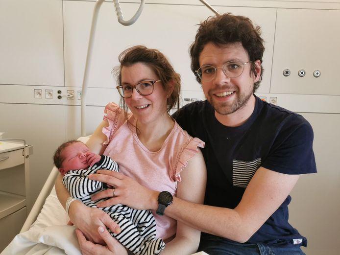 Lien Deroo en Thomas Verhaeghe met zoontje Maurice.