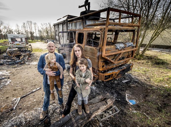 Een brand pakte Bas, Esther, Eden (in handen Bas) en Etienne hun droom en levenswerk af.
