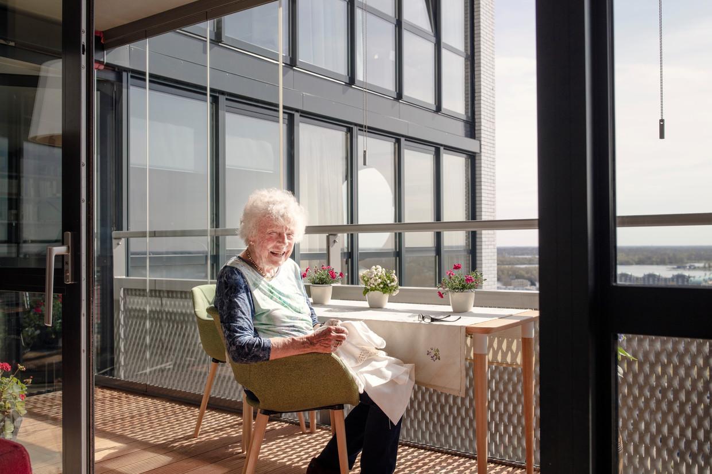Neske Halsema op balkon, waar ze de lucht en de horizon kan zien. 'Een balkonzitter moet rust hebben.'