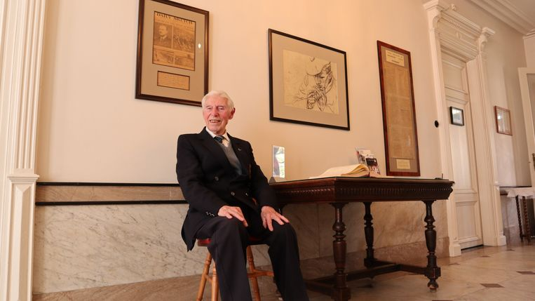WO2 veteraan en voormalig CWGC-tuinman George Sutherland in het Talbot House.