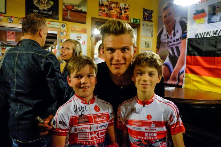 Marcel Kittel tijdens zijn bezoek aan zijn fanclub in Hove, in september 2014. Hier met zijn jonge fans Tibeau en Wallas.