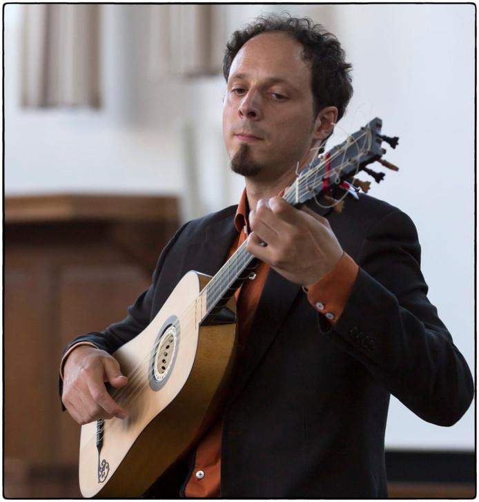 Gitarist Izhar Elias