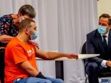 Coronaminister neemt kijkje bij eerste prikken verpleeghuizen en gehandicaptenzorg