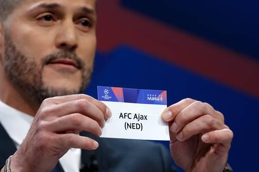 Julio Cesar toont het lot van Ajax Amsterdam tijdens loting van de kwartfinale van de UEFA Champions League 2018/19.