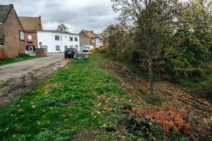 Het nieuwe traject van de Jaarmarktcross loopt deels door het stuk bos tussen de Landbouwstraat en Kwade Wielstraat. Hier in deze bocht van de Landbouwstraat dalen de renners diep het bos in.