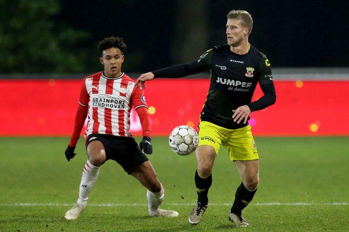 Fredrik Oppegard (links) en Wout Droste duelleren om de bal.