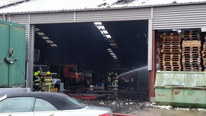 De brandweer op het terrein in Nijmegen waar vannacht een grote brand woedde.