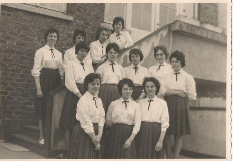 Een oude groepsfoto aan de ingang van het secretariaat.