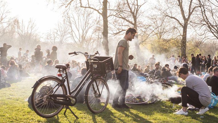 Barbecue in het Vondelpark. Beeld Eva Plevier/Het Parool