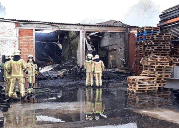 Een brand verwoestte de Carnavalhallen aan de Vijverwegel in Merelbeke.