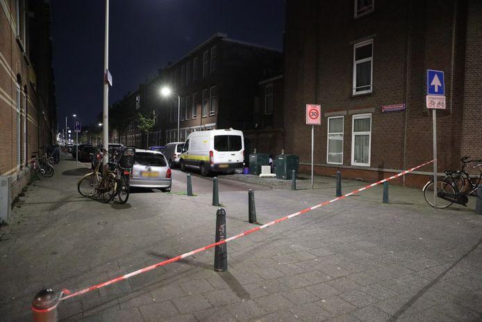 De politie zet de Honthorststraat af, nadat hier een man in zijn been is geschoten.