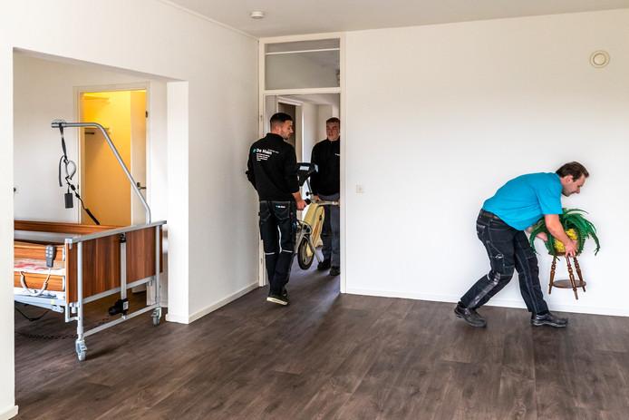 De eerste twee bewoners in zorgcentrum Tuindorp-Oost verhuisden onlangs van de elfde naar de vierde verdieping.