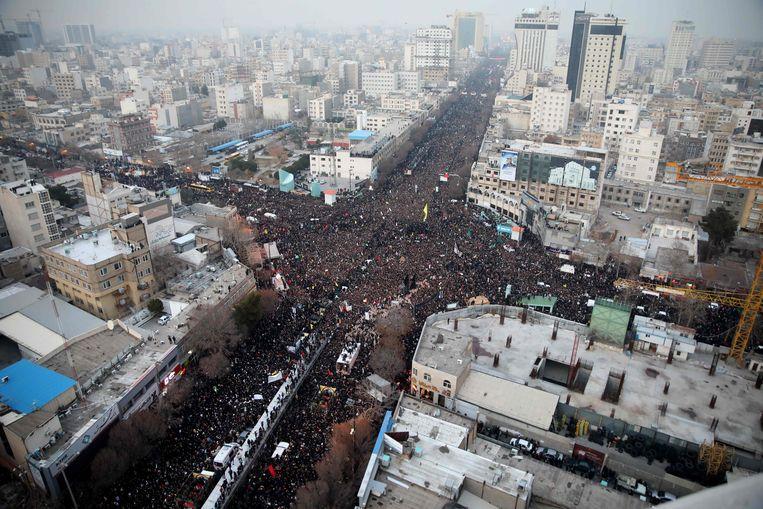 In de Iraanse stad Mashad volgen duizenden betogers de wagen met daarop het lichaam van Qassem Soleimani. Beeld null
