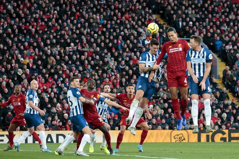 Virgil van Dijk scoort zijn tweede doelpunt in de thuiswedstrijd tegen Brighton (2-1).  Beeld AP
