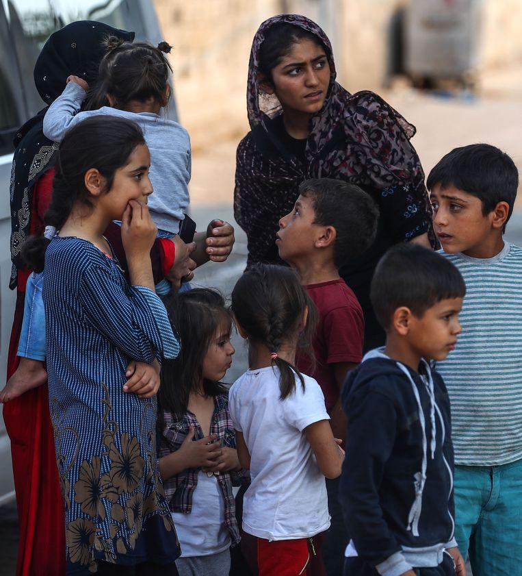 Vrouwen en kinderen bij de Turks-Syrische grens in Şanlıurfa, Turkije, 13 oktober 2019.  Beeld EPA