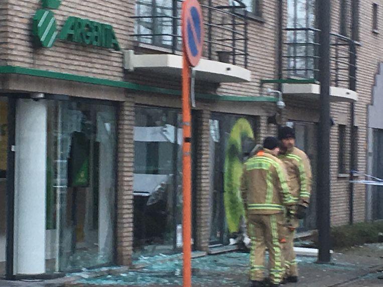 Er is veel schade aan de bank en de omringende gebouwen.