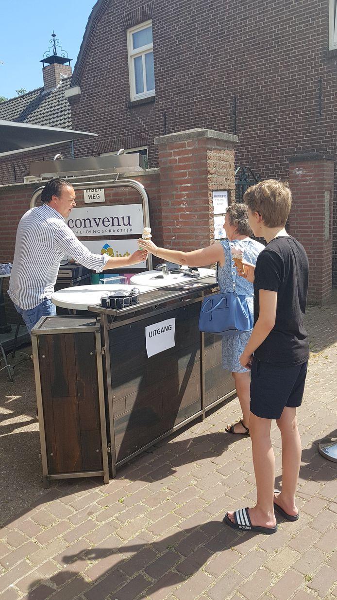 Eigenaar Rob Paulus van Gasterij de Zwaantjes in Sint-Michielsgestel schepte het ijs.