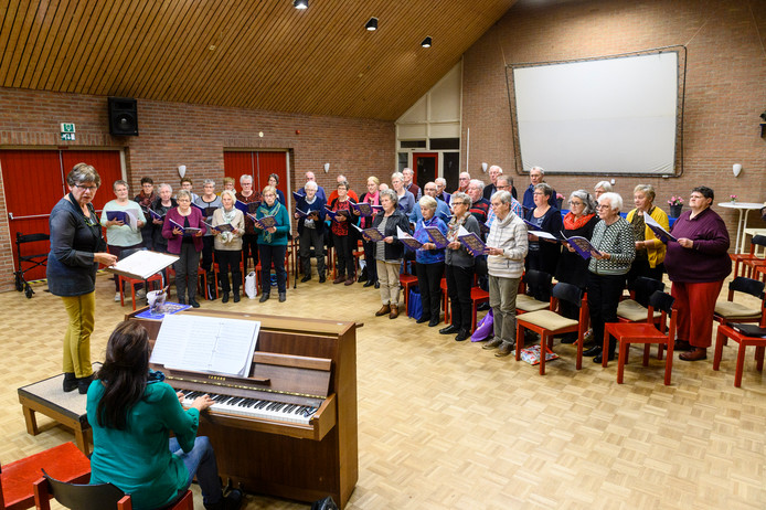 De Lofstem repeteert wekelijks onder leiding van dirigent Marianne Weenink.