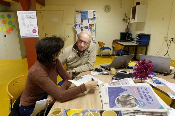 Vrijwilliger Rob Vendel van de Stip in stadsdeel Dukenburg in gesprek met een cliënt.