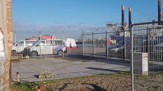 De scheepvaartpolitie brengt het lichaam aan land, aan de achterkant van het station.