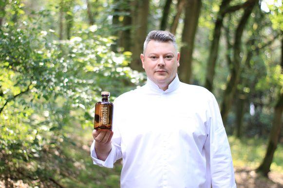 Peter Vangenechten met zijn gin in de Belse bossen.