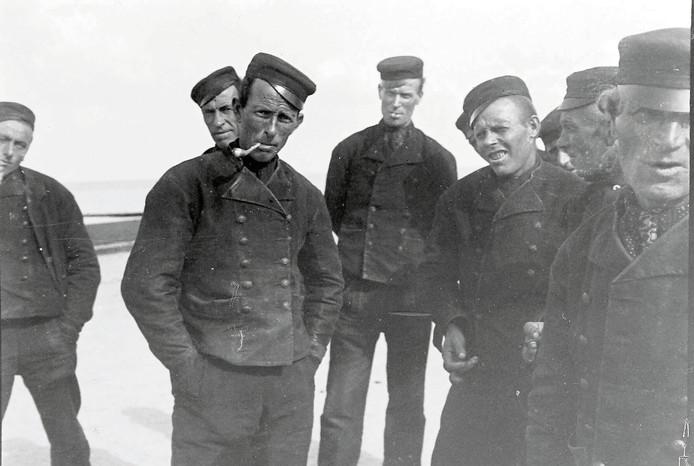 Albert Depré: Westkappelse dijkwerkers op de zeedijk, 1907.