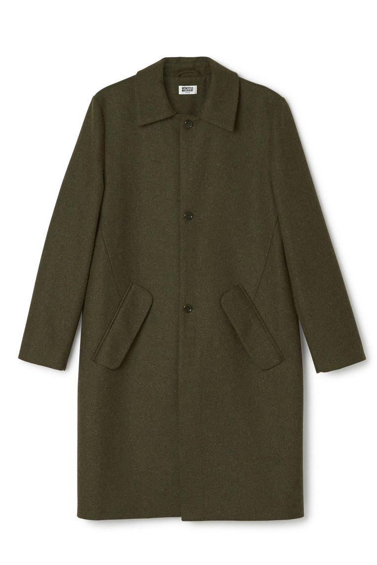 Donkergroene lange jas van Weekday, € 180. Beeld .