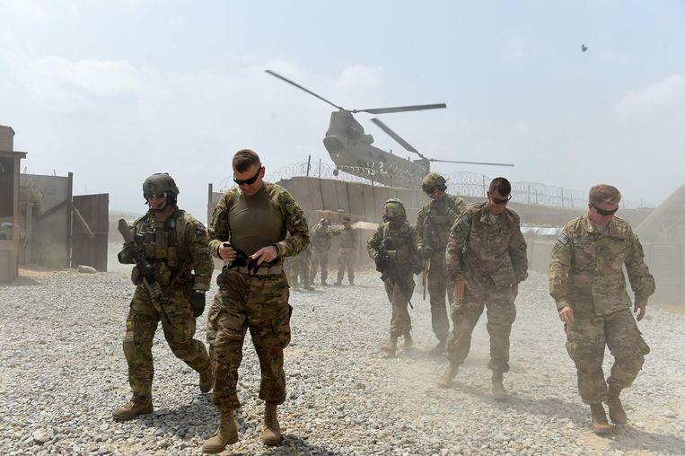 Amerikaanse troepen op een legerbasis in Oost–Afghanistan. Trump is van plan de helft van zijn manschappen terug te trekken uit het land.  Beeld AFP