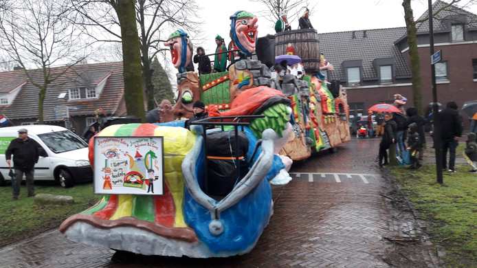 Een kleurrijke wagen met wuivende hoogheden.
