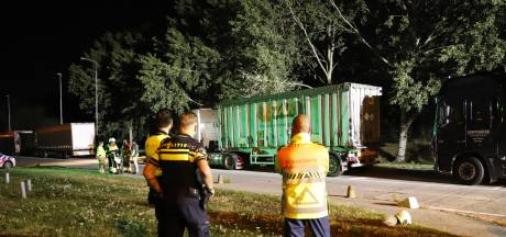 Lekkende vrachtwagen langs A73 bij Haps