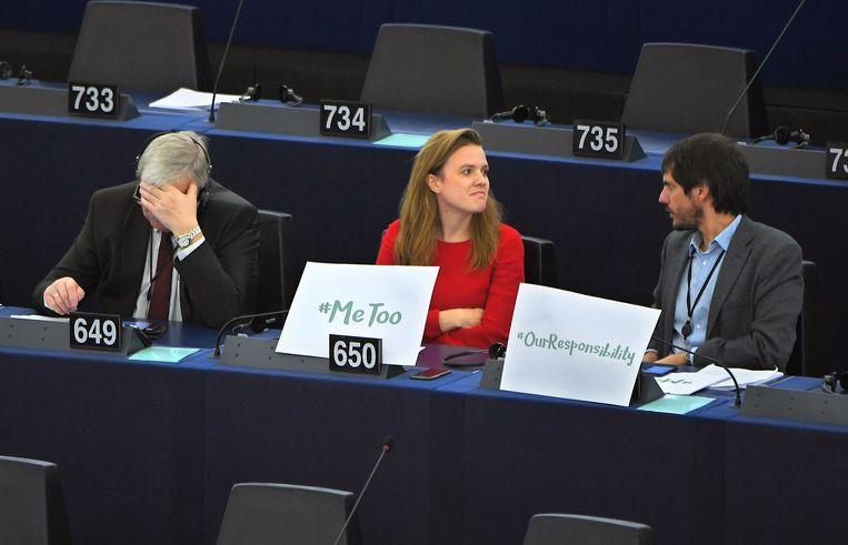 Europarlementariër Terry Reintke met een #MeToo-protestbord, gisteren in Straatsburg, tijdens een debat over het tegengaan van seksueel grensoverschrijdend gedrag in Europa. Beeld AFP